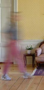 En suddig bild av person som passerar genom ett rum